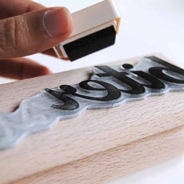 TRUCO: Para usar la tinta con un sello más grande, entíntalo del revés. Ejemplo con tinta negra.