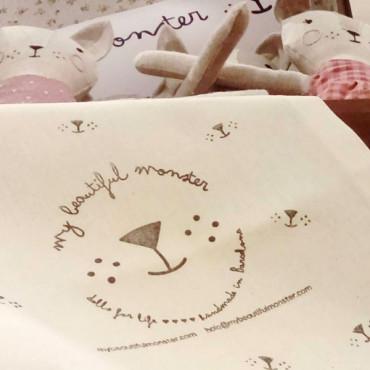 Puedes personalizar tus bolsas de tela con un sello con tu logotipo