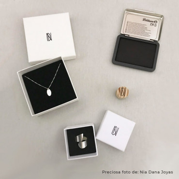 Personaliza las cajitas de tus joyas con este mini sello personalizado con tu logo