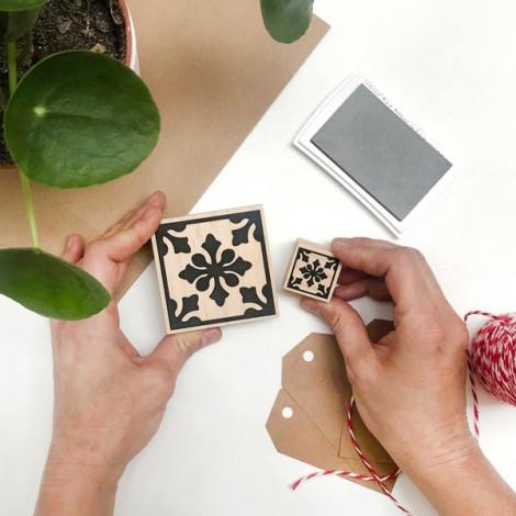 Puedes añadir el mini sello Handmade