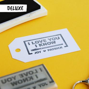 Puedes añadir el sello DELUXE en las opciones de producto