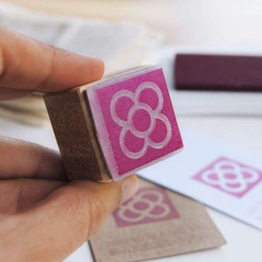 Si te gusta este color de tinta puedes encontrarlo en nuestra web: Tinta VersacCraft Burgundy