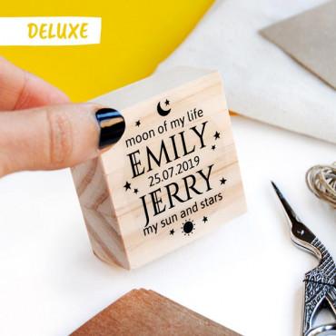 OPCIONAL: Puedes añadir el sello para boda DELUXE en las opciones de producto.